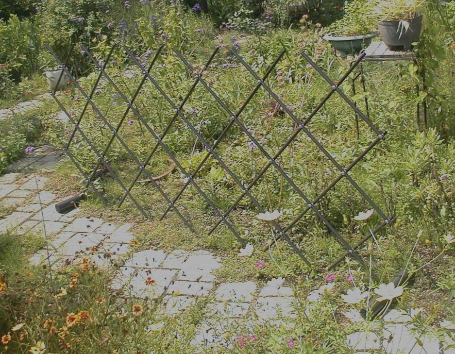http://gr-garden.com/easyfence-slope1.jpg