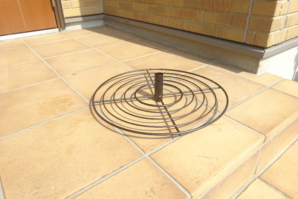 http://gr-garden.com/item/hanging/gardenpole-potcircle1.jpg