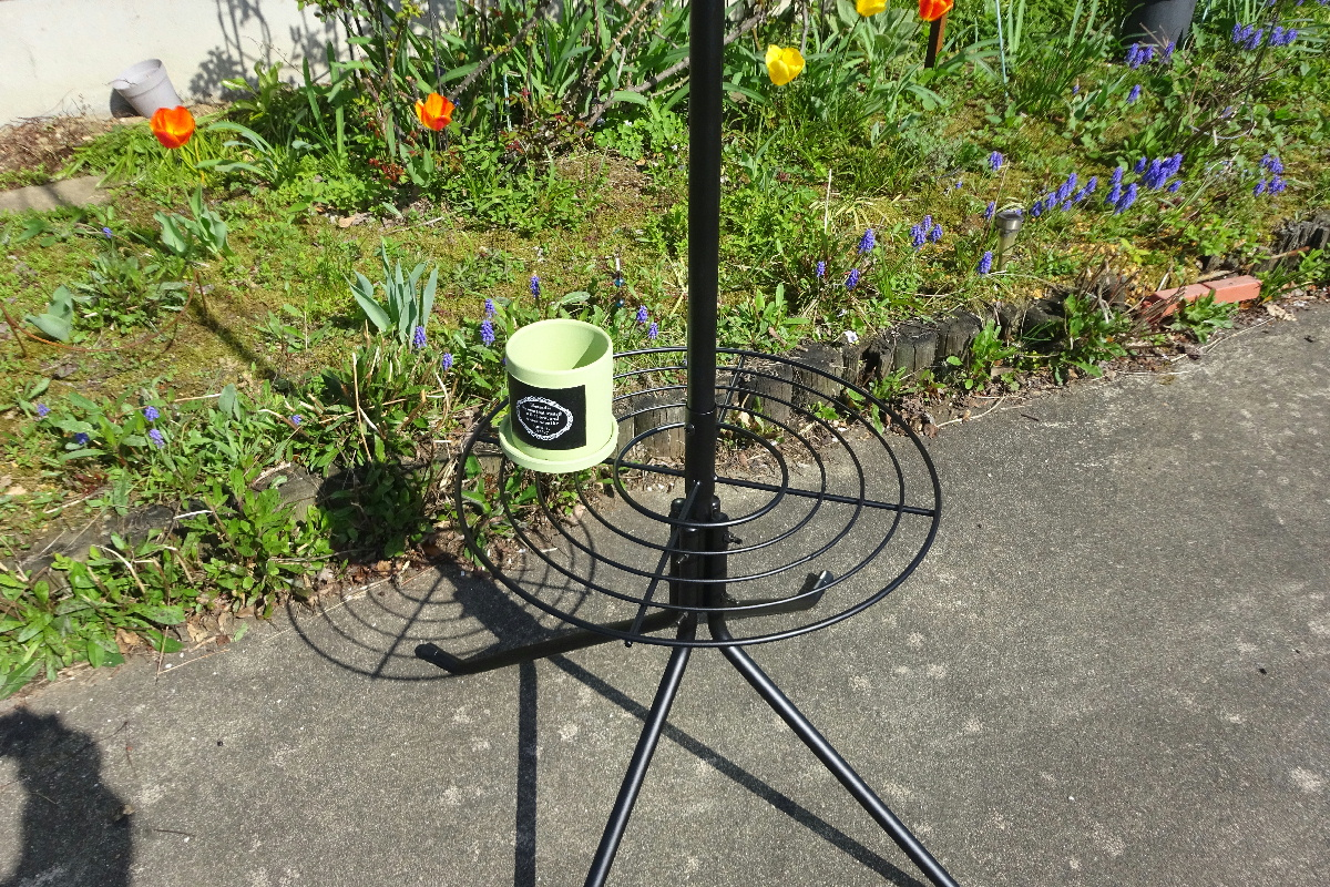 http://gr-garden.com/item/hanging/gardenpole-potcircle4.jpg